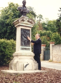 Kenneth Jernigan looks at statue of Louis Braille.